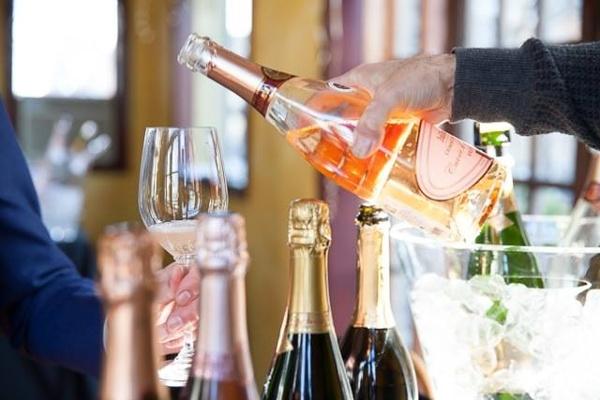 paris_gourmet_pouring_wine.jpg
